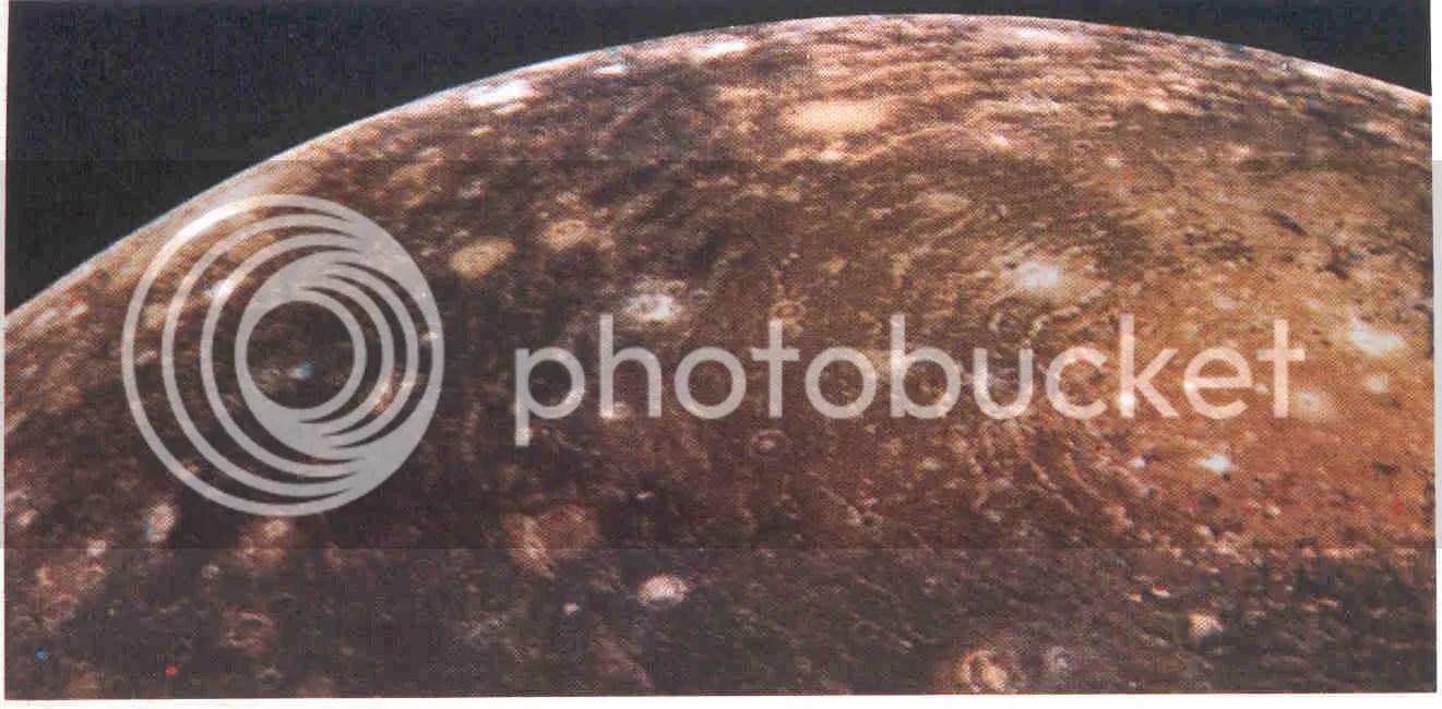 Calisto, fotografiado por el Voyager 1, el día 6 de marzo de 1979, a una distancia de 350 000 kilómetros. Calisto tiene aproximadamente el tamaño de Mercurio. Los numerosos cráteres de impacto de Calisto hacen pensar que tiene la superficie más vieja de todas las lunas galileanas de Júpiter, datando posiblemente de la era de acreción final hace unos 4 000 a 4 500 millones de años. Calisto tiene aproximadamente la mitad de albedo que Ganímedes, lo cual sugiere que su corteza helada está sucia (aún así es dos veces más brillante que nuestra luna). El blanco de la derecha se formó en un gran impacto. La mancha brillante en su centro tiene unos 600 kilómetros de diámetro. (Cedida por la NASA.)