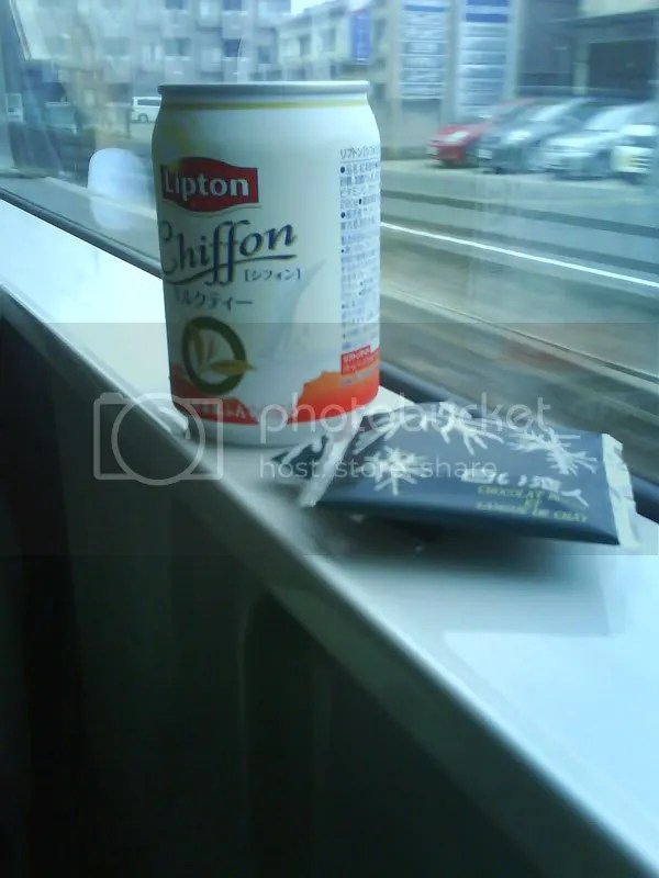 The sweet moments on the gloomy ride to narita airport. The Chiffon Lipton milk tea is so smooth and Shiroi Koibito white chocolate biscuits from Hakodate was wonderful.