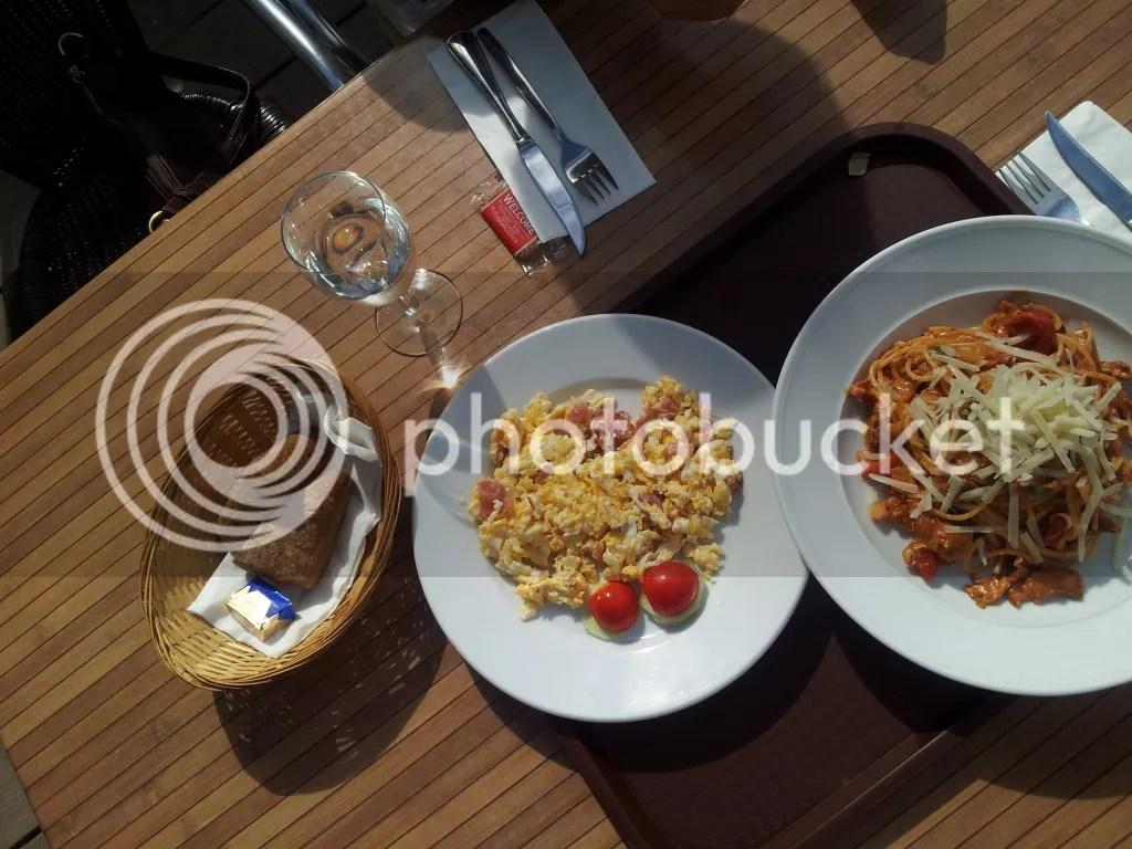 Rühreier und Spaghetti