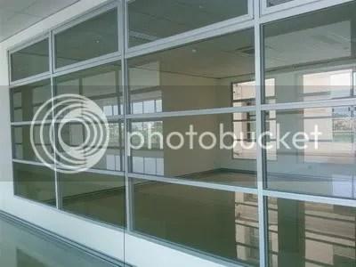 ruang kelas yang didominasi oleh kaca bukan tembookk