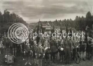 Esta fotografía de Viktor Bulla (1937) muestra a un grupo de niños del Movimiento de Pioneros de Leningrado llevando las máscaras que se utilizaban para casos de ataque con gas.