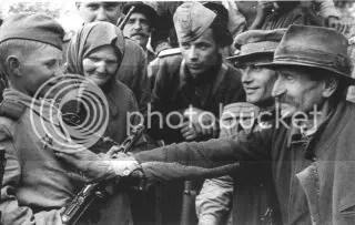 Un niño exhibe su Estrella Roja frente a unos admiradores: una medalla otorgada por la bravura mostrada en el combate. Estos niños eran huérfanos unidos al Ejercito Rojo que luchaban en primera linea de batalla junto a los adultos. Frente del Este. Segunda Guerra Mundial. 1944.