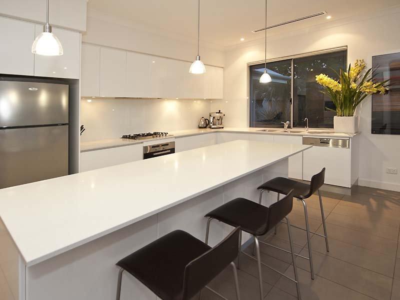 Modern L-shaped Kitchen Design Using Laminate