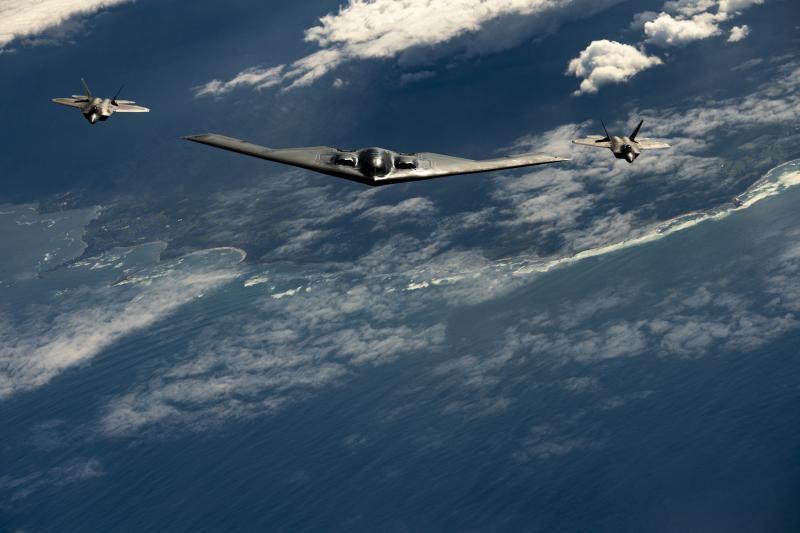 [新聞] 美B-2轟炸機F-22戰機同飛太平洋 震懾力驚 - Gossiping板 - Disp BBS