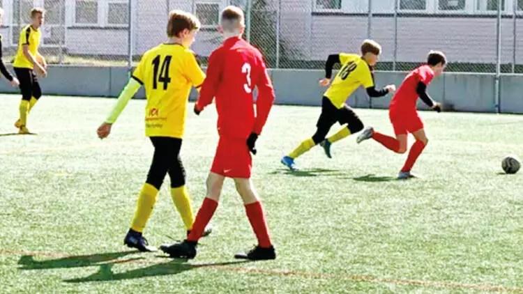 Gençlere futbol oynamak hür 1