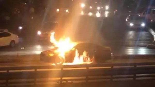 İstanbul'da lüks araç alev alev yandı