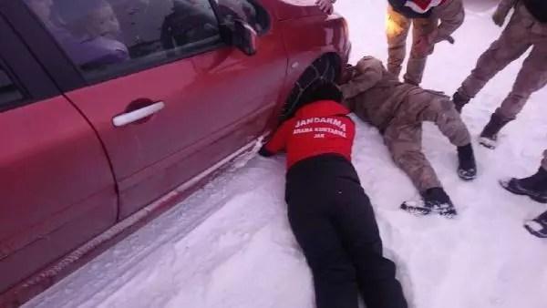 Karda mahsur kalan aileyi JAK timi kurtardı