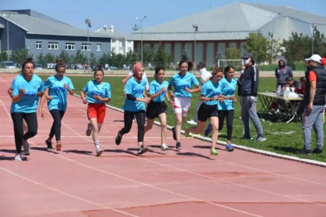 Spor Bilimleri Fakültesi'nde bayıltan sınav! Yardıma sağlık görevlileri koştu 17
