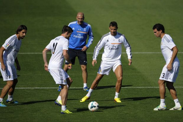 Sami Khedira, Gareth Bale, Real Madrid's assistant manager Zinedine Zidane, Cristiano Ronaldo and Pepe take part in a training session