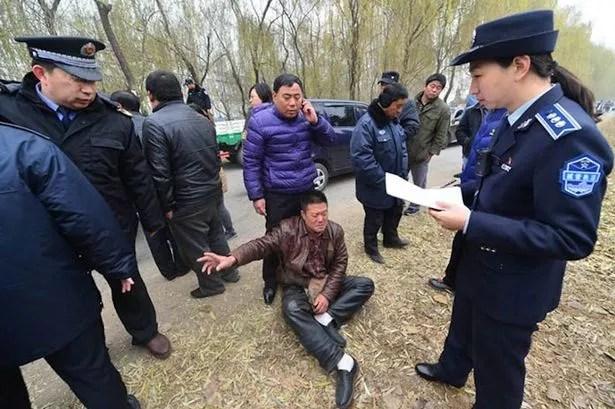 Detención: La policía china encuentran autorizadas vendedores de carne de perro, con puestos que contienen jaulas de perros callejeros que se invitó a los clientes a elegir