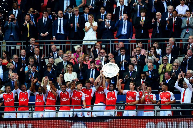 Mikel Arteta lifts the trophy