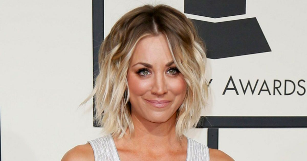 How To Get Kaley Cuocos Tousled Grammy Awards Hairstyle