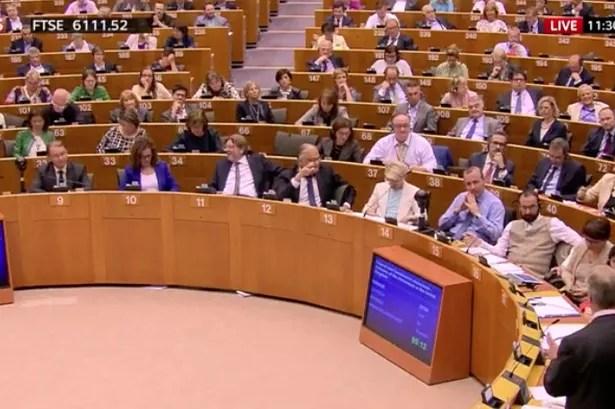 Muchos eurodiputados miraron profundamente impresionado como Nigel Farage habló