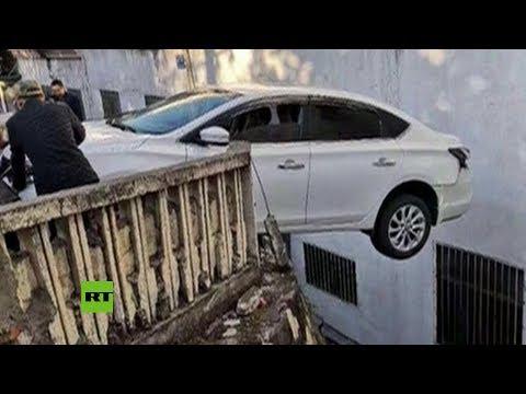 Evitan que un automóvil caiga al vacío en una carretera en China