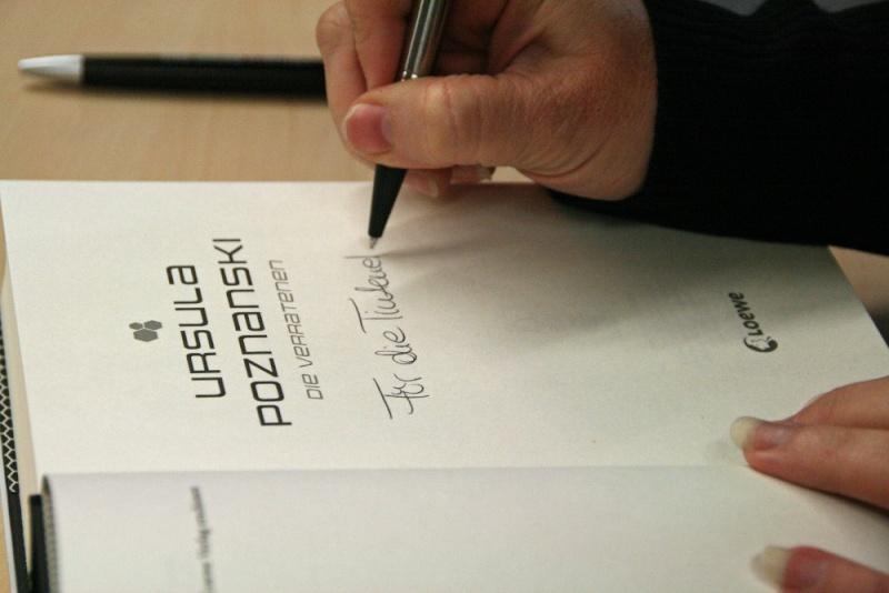 beim Signieren