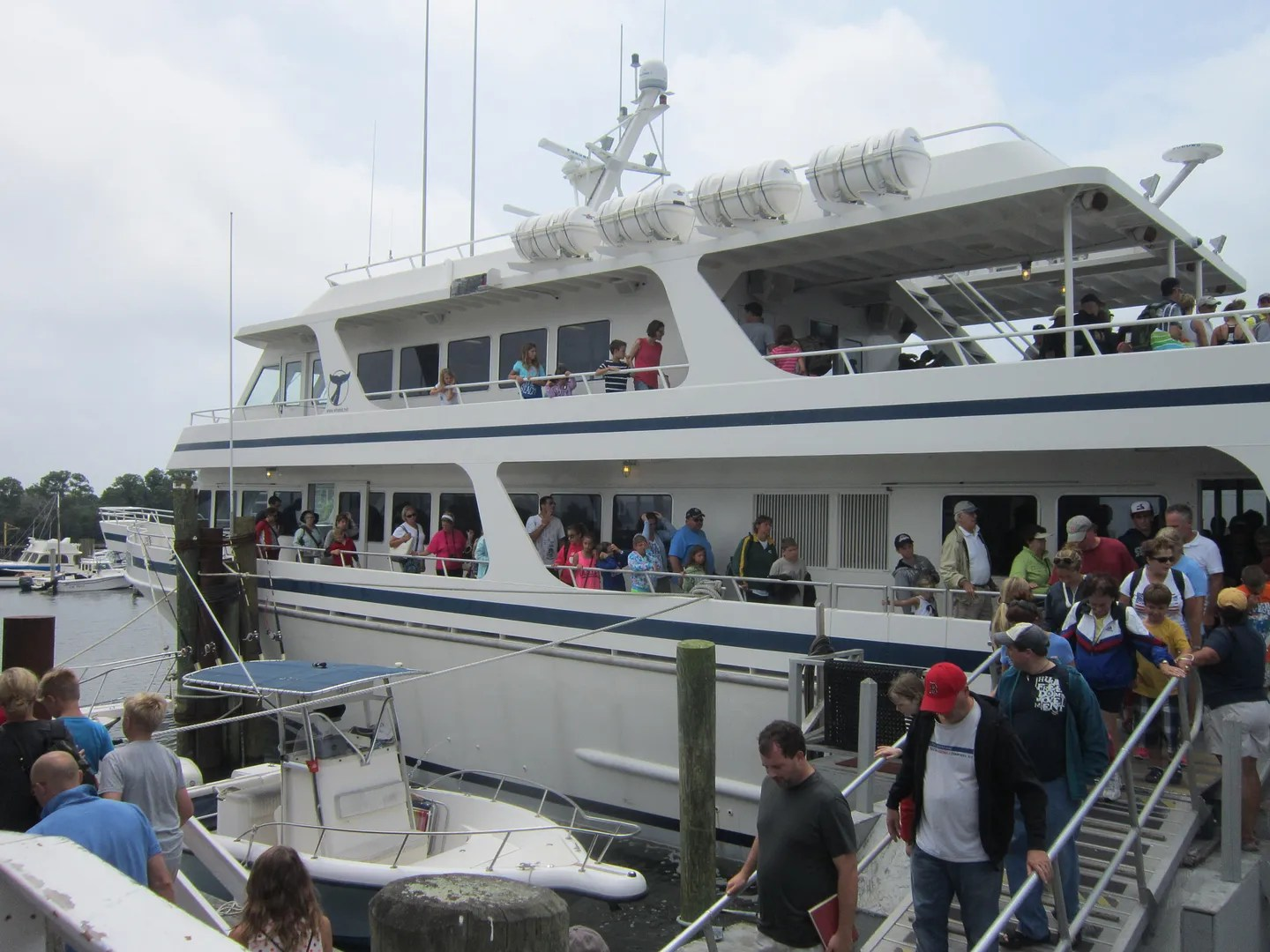 disembarcation, whale-watching cruise