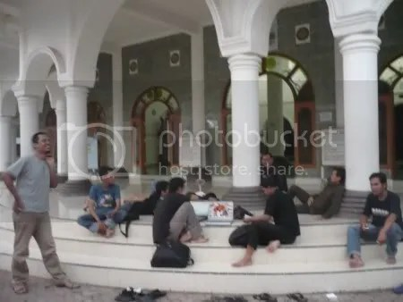 Berinternet ria di masjid agung Ponorogo