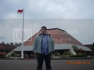 Mejeng dengan latar belakang bendera berkibar di Plaza Pancasila,