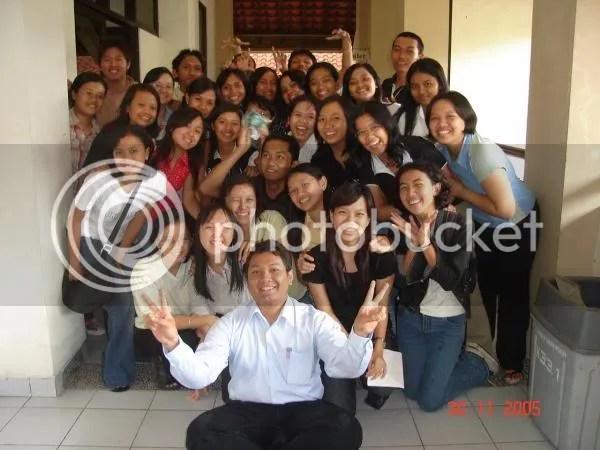 Komunitas FA-USD 2003 kelas A bersama dosen wali (si DosenGila yang masih relatif kurus), diambil dari friendsternya Mitha