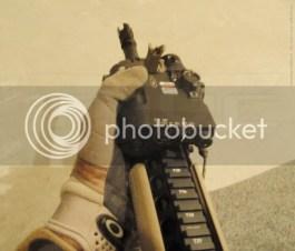 El tamaño del iluminador supondría algún problema para las manos más pequeñas si el botón de disparo estuviera en su ubicación tradicional.