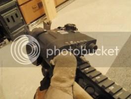 El botón de disparo se activa con el pulgar de la mano izquierda.