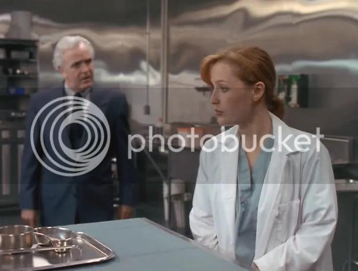 Solo porque la ven pequeña, delgada y bonita, Scully debe demostrar en nombre de todas las mujeres que podemos hacer una autopsia sin que se nos revuelvan los intestinos.