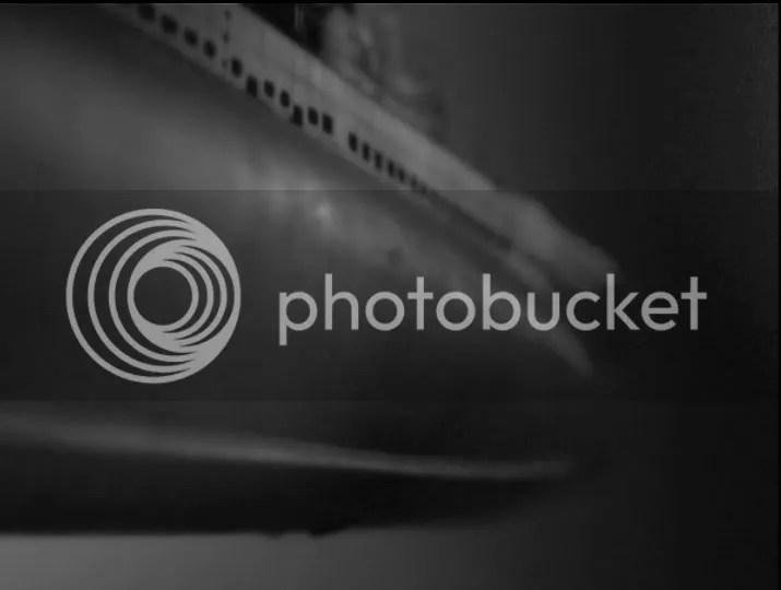 Su televisor no sintonizó Viaje al fondo del mar, es que estamos por experimentar una escena de flashback submarino en la serie.