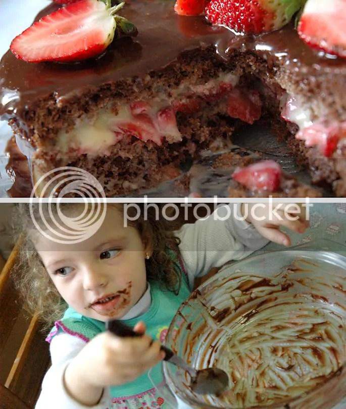 bolo de chocolate com morangos e dona Maria Luiza se esbaldando no chocolate