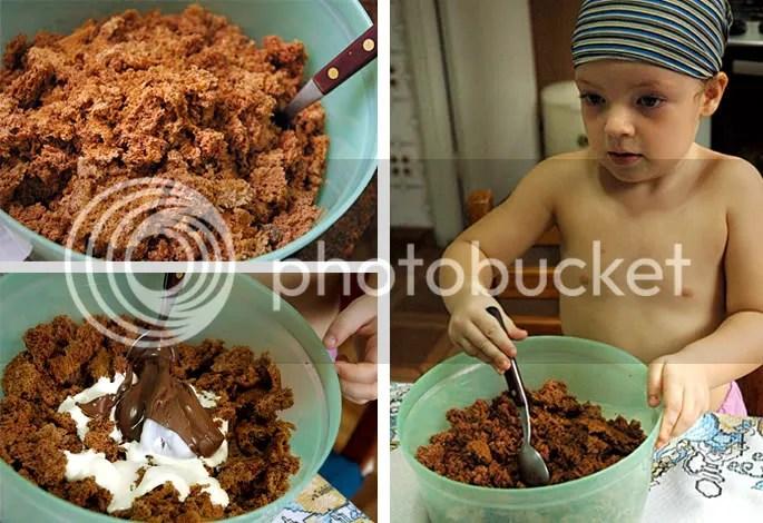 Peça ajuda às crianças e mãos na massa. Aqui, Maria Luiza ajudou a esfarelar o pão-de-ló. O próximo passo é juntar o creme de leite e o Nutella.