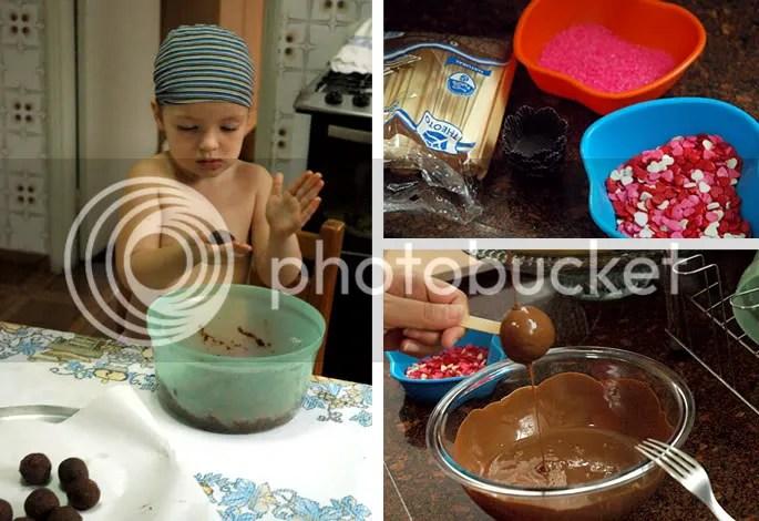 Dona pequena a-do-rou fazer as bolinhas com a massa. Aproveite para separar os palitos e confeitos para decorar. O último passo é banhar as bolinhas. Achei mais fácil com a ajuda de uma colher.