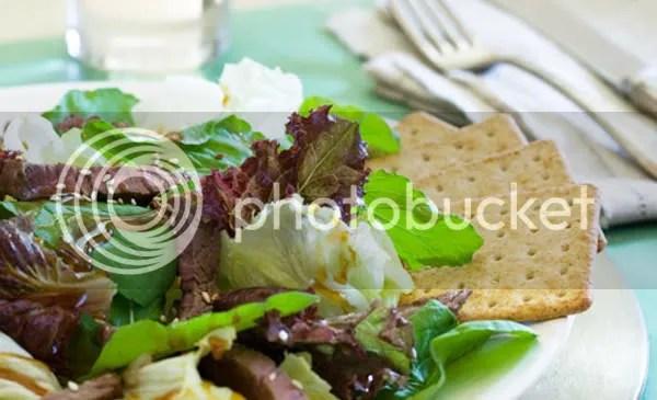 salada com carne e molho tailandês