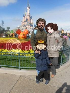 Familia en con el palacio de la Bella Durmiente en Disneyland París