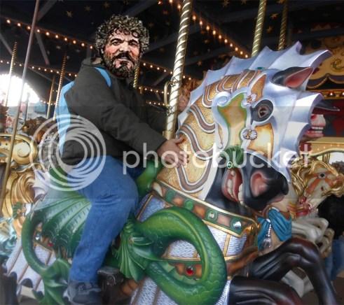 En el tiovivo de lancelot, con el caballo del dragón