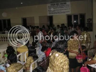lantai dua penuh dengan jemaat dan undangan