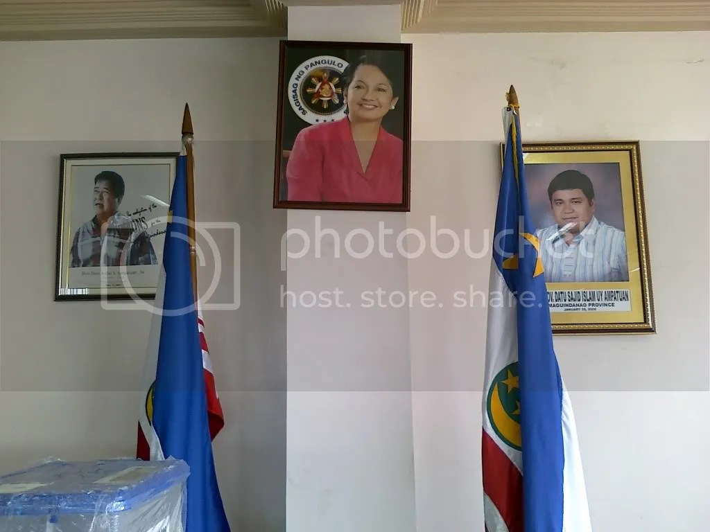 Picture of Pres. Gloria Arroyo surrounded by Maguindanao governors Andal Ampatuan Sr and Datu Sajid Ampatuan