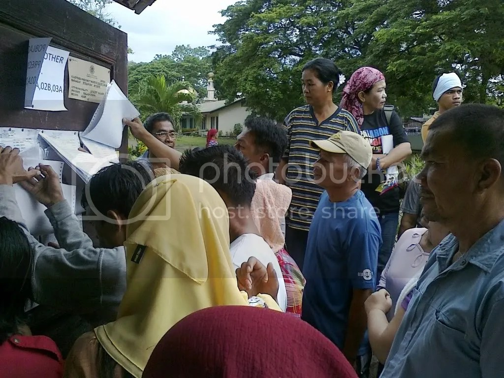 Maguindanao residents looking for their names on voters lists at Shariff Aguak Central Elementary School on May 10, 2010