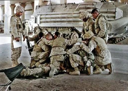 Soldiers Pray photo Soldiersprayingoverfallenbody.jpg