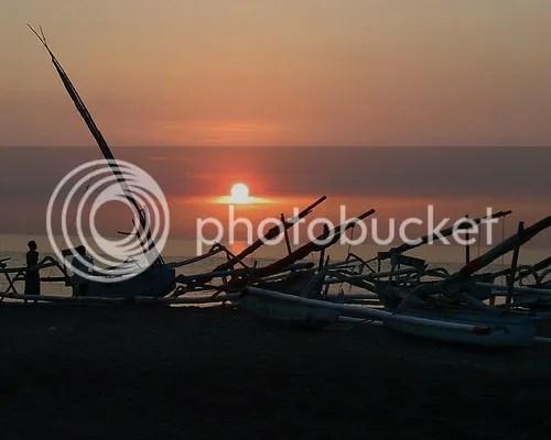 Salah satu pesona lain dari senja hari mengantar mentari pergi ke  peraduan di pantai Senggigi