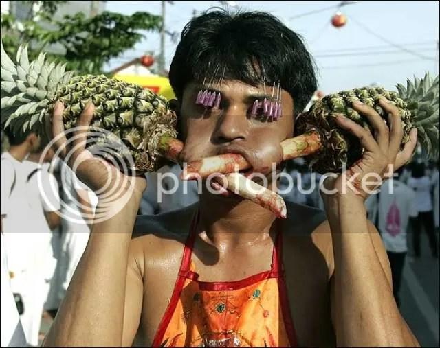 Atraksi akrobat yang menyeramkan dalam festival Vegetarian di Phuket Thailand