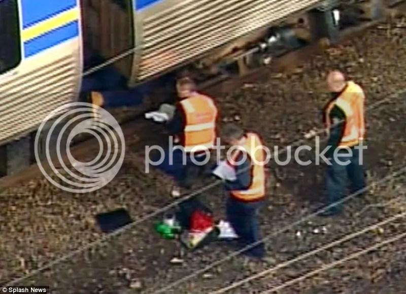 Petugas segera menyelamatkan bayi yang dikira tewas saat terlindas kereta api tersebut