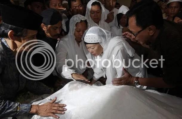 Prosesi pemakaman Gus Dur menuju peristirahatan terakhir