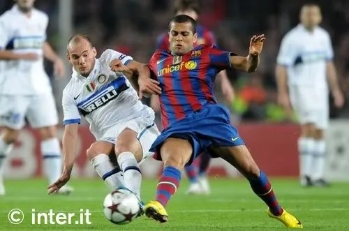 Wesley Sneijder berjiibaku dengan Dani Alves dari Barcelona