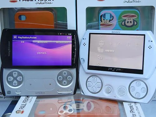 Playstation Phone (kiri) dan PSP Go (kanan)