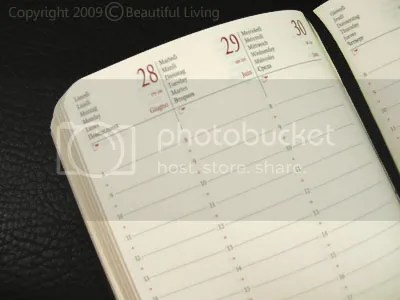 The planning pages are printed with 2 ink colors, red and black. The vertical format is organized in 14, hourly time slots.