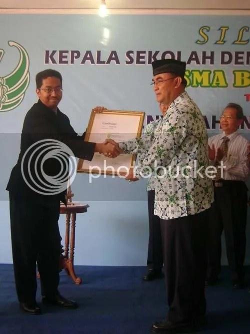 Penyeraha sertifikat oleh GM TUV Rheinlend Jerman kepada Kepala SMA Batik 1 Solo