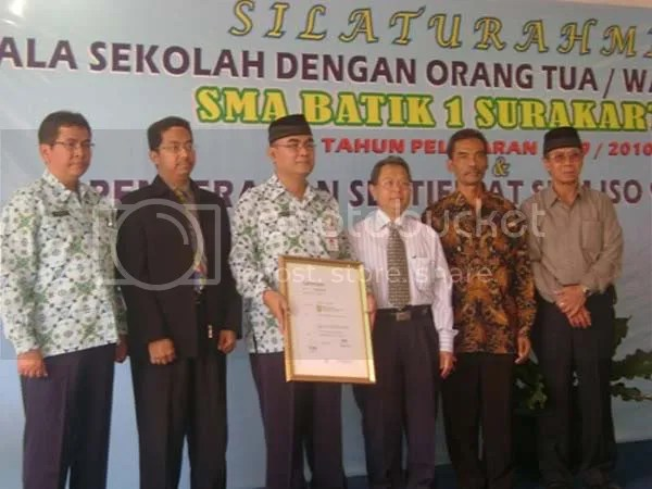 Kepala Dinas Dikpora Surakarta, GM Pt TUV Rheinland, Kepala SMA Batik 1, Kasubdin kelembagaan SMA, Perwakilan Orang Tua Murid dan Yayasan Pendidikan Batik Surakarta (foto dari kiri ke kanan) 1,