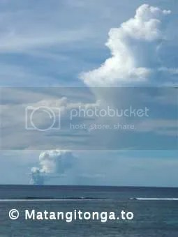 The plume from an underwater volcanic eruption goes up thousands of metres. Photo from Kanokupolu Beach by Shane Egan (copyright Matangitonga.to).