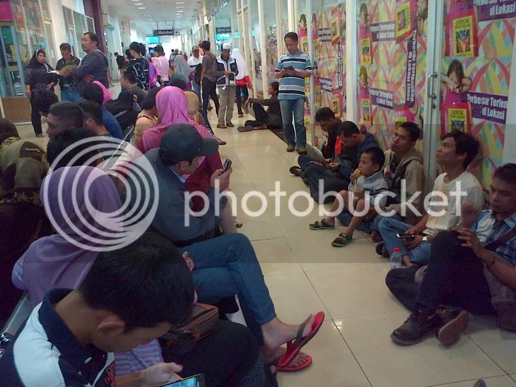 Wajib Pajak Duduk Lesehan di Depan Samsat Outlet