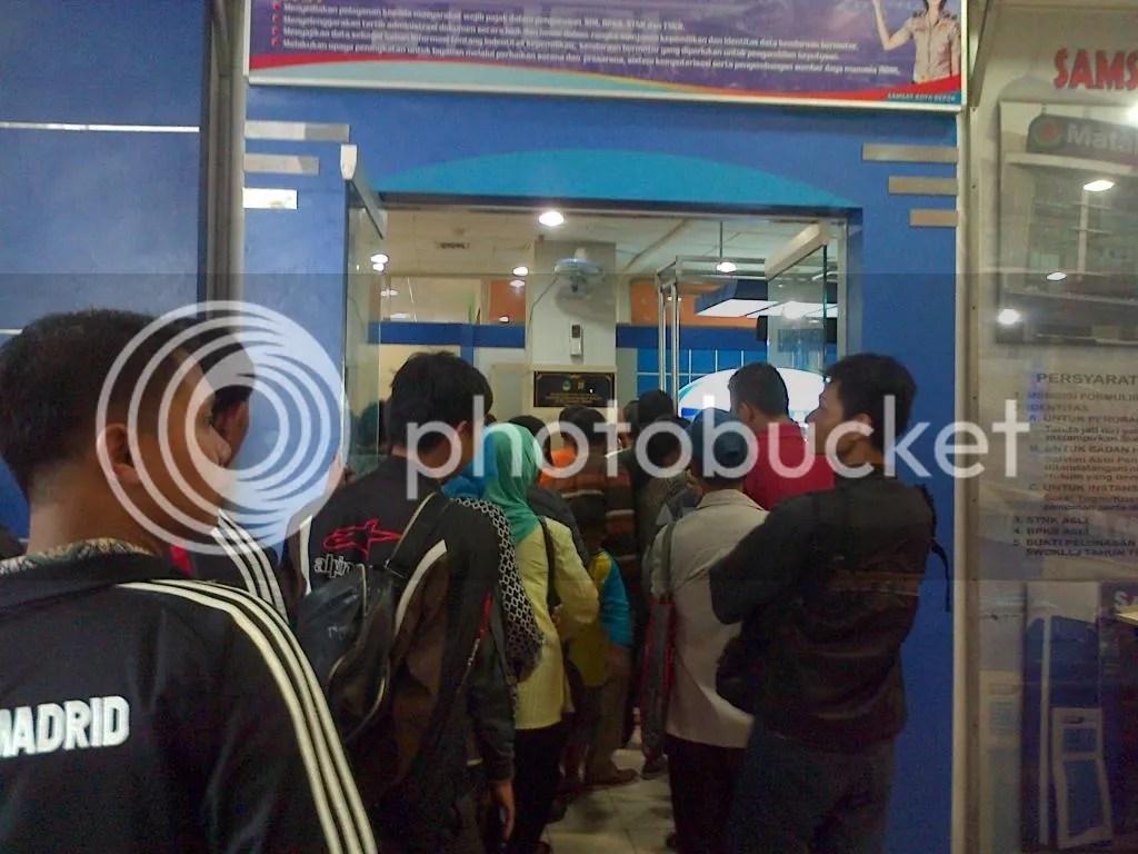 Antrian Wajib Pajak di Samsat Outlet