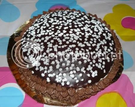 torta fiocco di neve con base al cacao, crema di mascarpone e ganache al cioccolato